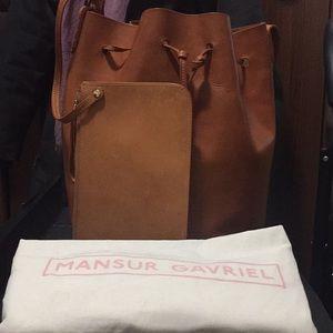 Large Mansur Gavriel bucket Bag tan w d bag &pockt
